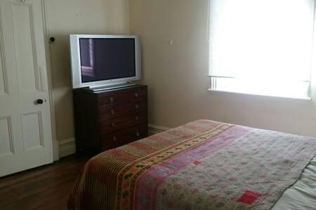 Bedroom in West Leederville, ok solo/couple - House