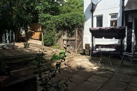 Single bed in private bedroom. - Birmingham - Casa