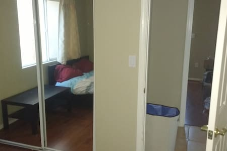 Another cute room (15m from SFO & Downtown) - Daly City - Casa
