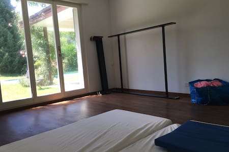 Very basic room in big house with pool - Adliswil - Apartment