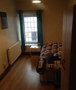 One lovely single room to let - House