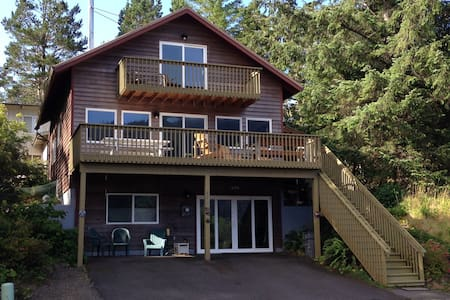 Mountain & Ocean View, Hot Tub & Pet Friendly Home - Manzanita - 獨棟