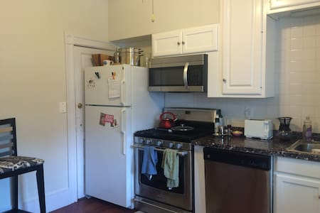 cozy room to rent a block from the beach! - Asbury Park - Entire Floor