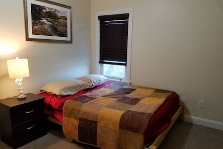 Cozy Private Room with queen Bed - Somerville - Haus