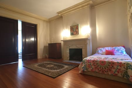 Historical, spacious, sunny urban retreat +parking - Baltimore - Apartment
