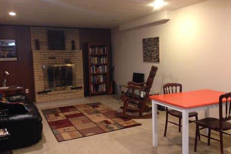 Comfortable basement apartment - Ház