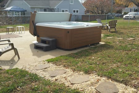 Private room with Hot Tub! - Hagerstown - House