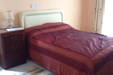 double bedroom in modern bungalow with own bath - Szoba reggelivel