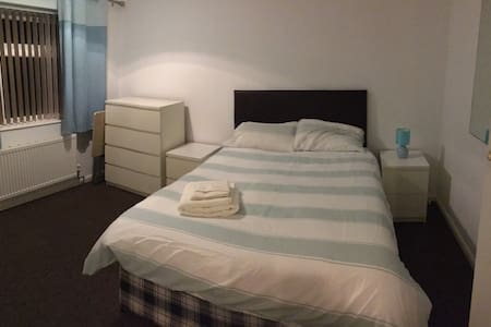 Light, clean and spacious accommodation - Braunstone Town - Casa