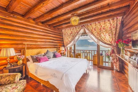泸沽湖摩梭木楞与美式乡村混搭风格二楼湖景房 - Bed & Breakfast