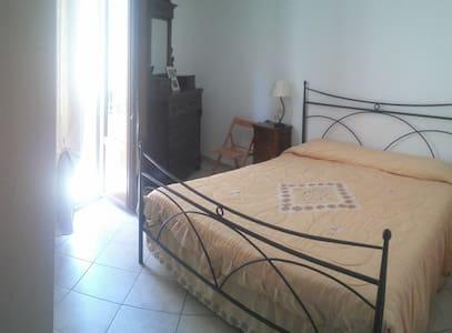 Comoda stanza doppia nel centro storico di Isnello - Isnello