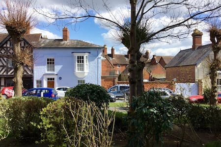 Historic home opposite the Castle - Ludlow - Townhouse