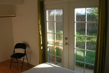 French Door Room Near Wild Land - Hus