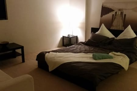 Large Master Bedroom with queen bed - Kogarah - Daire