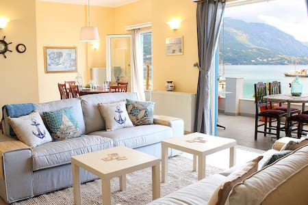 Seafront apartment with a sea view - Appartement