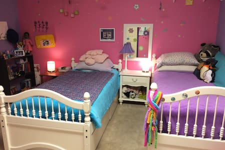 Cool Comfortable Colorful Bedroom - Dom