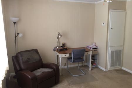 Spacious Home right near Campus - Appartement