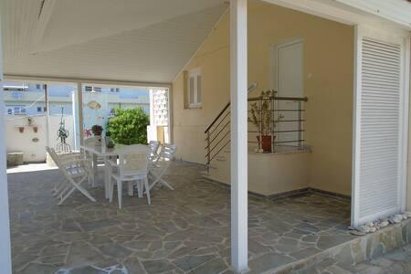 Schmucke Anliegerwohnung mit Garten 20m vom Strand - Perigiali - House