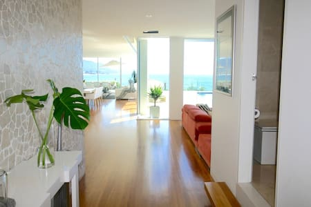 Spectacular beachfront home one hour from Sydney. - Hus