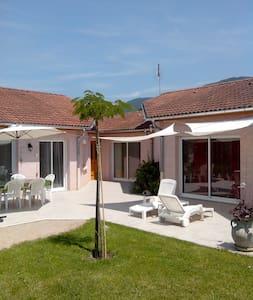 Maison à la campagne avec piscine CNPE/Via-Rhôna - Lagnieu - Huis