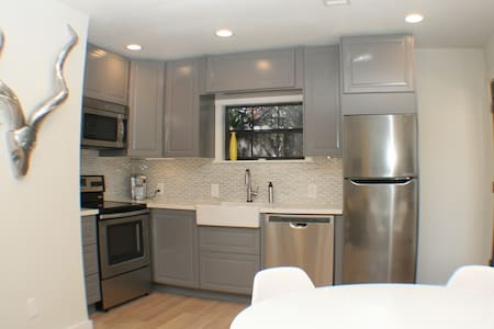 Brand New Mid-Mod Spacious 1bed Apt - Houston - Appartement