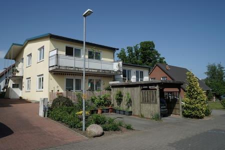 Stadtnahe, helle, grosszügige Wohnung mit Balkon - Apartamento
