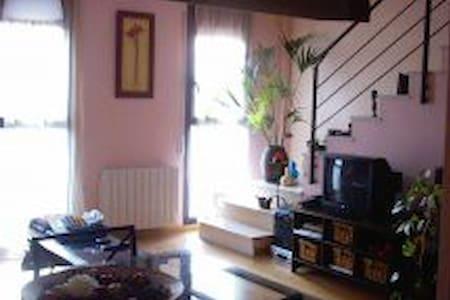 Ático dúplex muy cerca de Barcelona - Apartment