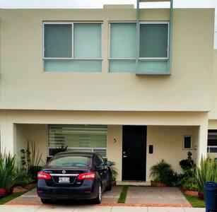 Acogedora Habitación en Zona Accesible y Familiar - El Pueblito - House