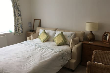 Double room in house close to country and town - Sheffield