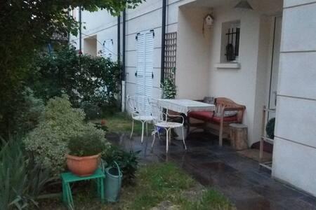 Chambre lit double dans maison de 250 m2 + jardin - Adosado