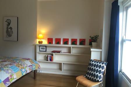 Room in Art Deco apartment in centre of Ballarat - Lägenhet