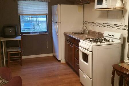 Quite Lakefront home with private Apartment. - Crescent City - Apartment