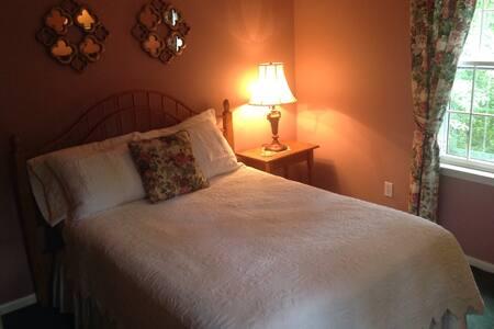 2 bedroom suite, shared bathroom. - Guilford - Ház