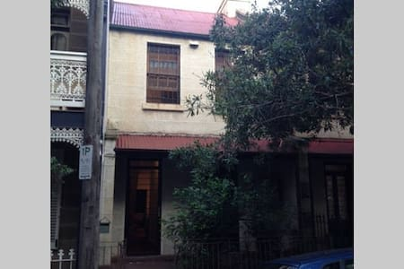 Large private room with Queen size bed in Terrace - Townhouse