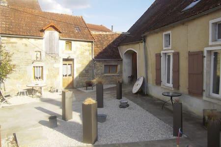 """Gîte """"La Petite Maison"""" - Pouillenay - Casa"""