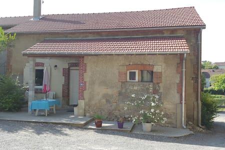 Maisonnette au calme dans petit bourg agréable - Casa