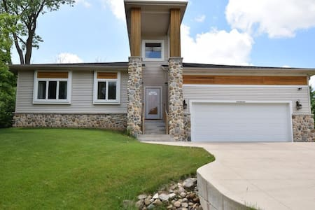 Magnificent in Muskego! - Muskego - Rumah