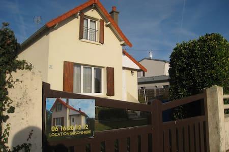 """VILLA """"BEAU SEJOUR""""  située à 100m de la mer - Bréhal - Hus"""
