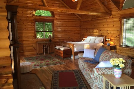 The Peaceful Log Room: 1 Bedroom Guesthouse - Pensió