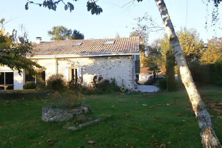Maison en pierre près de la forêt - Haus