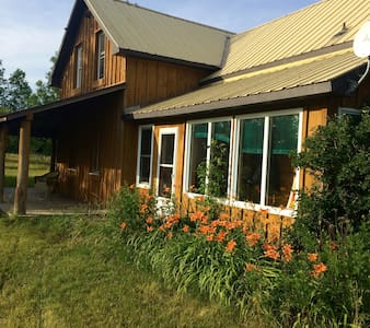 Country Retreat on 17 acres on the Kagawong River - Ház