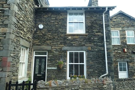 LITTLE BROOK COTTAGE, Bowness on Windermere - House