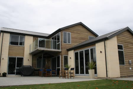 Central Wanaka: Quiet and cosy - House