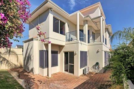 Four bedroom house near Perth CBD - Como - Casa