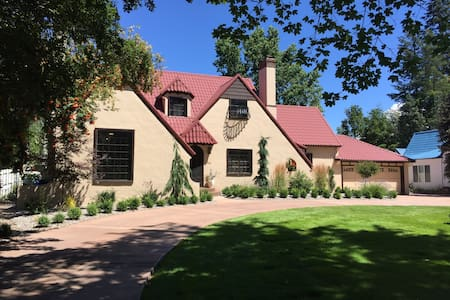 Iconic Cottswald Tudor in historic Garden District - Daire