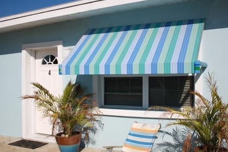 Two Palms- Adorable 1 Bedroom cottage just steps from the ocean - Saint Augustine Beach - Cabane