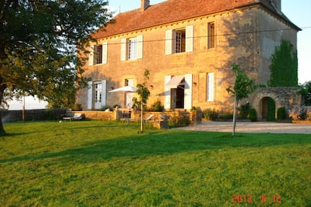 One independant room in a manor - Saint-Julien-de-Civry - Bed & Breakfast