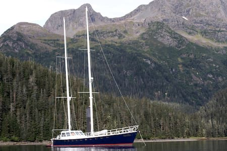 Aurelia, an eighty foot sailboat - Boat