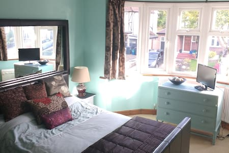 Lovely double room in peaceful home in Purley - House