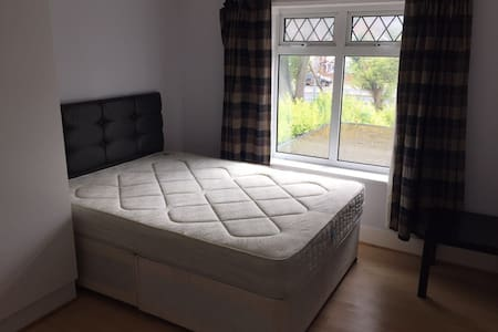 Double room 5min to Piccadily Line - Isleworth - Casa